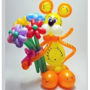"""Фигура из шаров """"Тигрёнок  с букетом"""""""