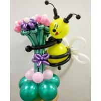 """Фигура из шаров """"Пчёлка на букете"""""""